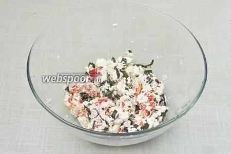 Смешать рикотту, рубленные томаты и базилик. Добавить соли на кончике ножа и перемешать.