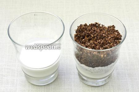 Наполнить стакан сливками до половины. Всыпать 2-3 столовые ложки шоколадной крошки.