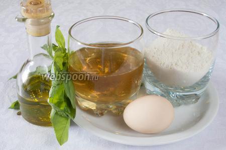 Чтобы приготовить блинчики со шпинатом, нам понадобятся: яйца, мука, вода, оливковое масло, соль, сахар, шпинат, светлое пиво.