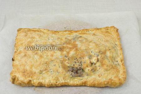 Когда пирог приобретёт золотистый цвет — вынимайте его из духовки.