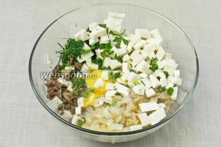 В одной ёмкости смешать фарш, жаренный лук, зелень и брынзу. Разбить 2 яйца, поперчить и посолить по вкусу. Перемешать.