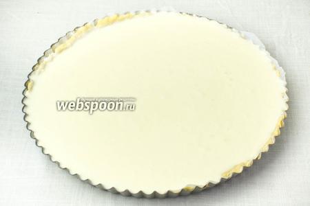 Влить в форму творожную массу и выпекать при 170 °С 60-70 минут.