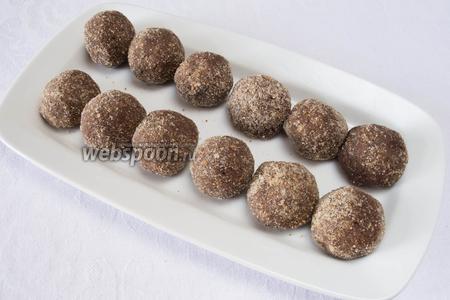 Поставить в морозилку на 15 минут. Вынуть и снова обвалять пирожные в какао (по вкусу в сахарной пудре, в кокосовой стружке, в колотых орешках, в шоколадной крошке). Подавать охлаждёнными на десерт.