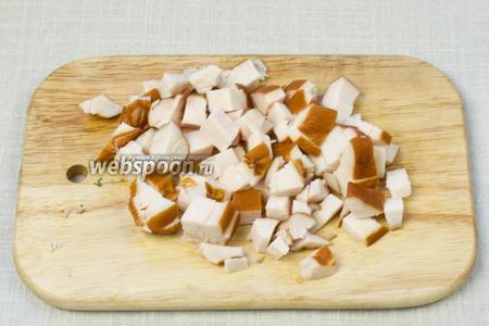 Копчёную куриную грудинку нарезать на мелкие кубики.