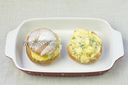 Переложить в огнеупорную форму и залить сверху яйцом с сыром. Накрыть крышечками и поставить в разогретую до 180 °С духовку на 10-15 минут.