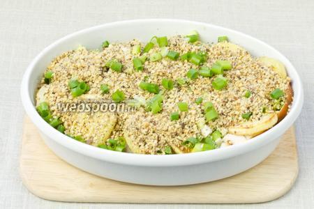 Тортилью посыпать грецкими орехами и половиной зелёного лука.