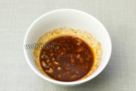 В пиале смешать 2 столовые ложки оливково масла с рубленным чесноком, специями и коричневым сахаром, чтобы получилась кашица.