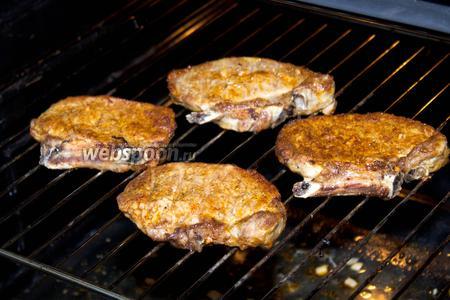Жарить стейки можно несколькими способами: на сковороде, открытом огне или в духовке. Мы выбрали последний вариант. Для этого установите в духовке режим «гриль» и задайте 250 °С. Обжаривайте по 10 минут с каждой стороны.