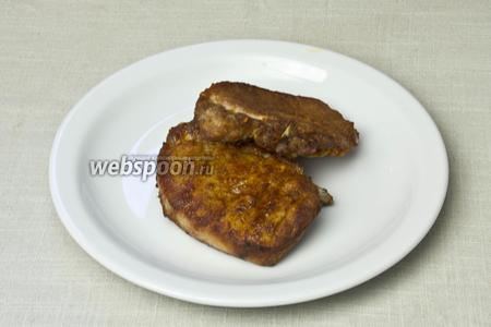 Стейки подавать немедленно с гарниром или салатом.