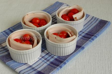 Внутрь формочек положить несколько чистых помидоров черри. Посолить.
