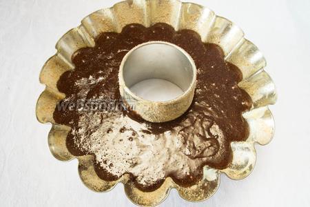 Подготовить форму: смазать сливочным маслом, посыпать сухарями. Влить тесто в форму. Поставить в горячую духовку. Выпекать 60 минут при температуре 160 °С.