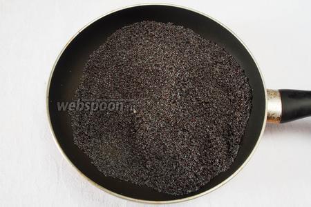 Хорошо промыть мак. Обжарить его на сковороде. Отсыпать 1 столовую ложку мака для приготовления крема.