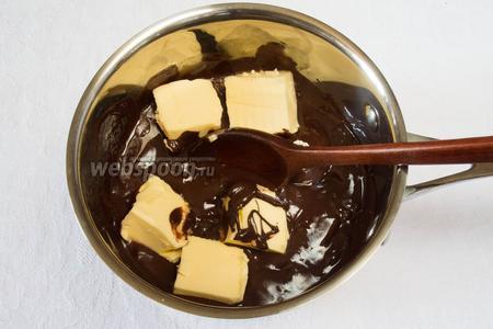 В растопленный шоколад добавить куски сливочного масла.