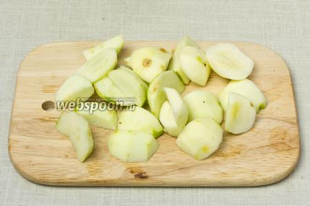 Яблоки очистить от кожуры и семян, и нарезать крупными дольками.