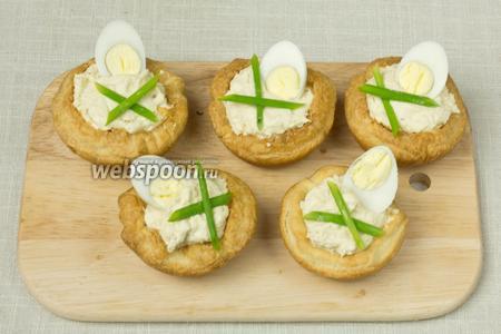 Украсить корзинки половинками перепелиных яиц и зеленью.