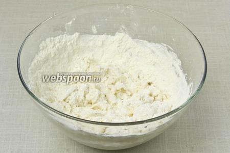 В миску добавить сыр и муку. Вымешать тесто сначала ложкой, а потом 3 минуты вымешивать тесто руками.