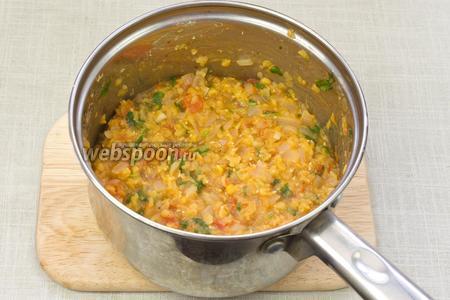 Затем в кастрюлю добавить мелко порубленную зелень, карри, соль и перец по вкусу. Готовить ещё 10 минут. Следить за тем, чтобы каша не пригорала, при необходимости добавить воды. Снять с огня и остудить.