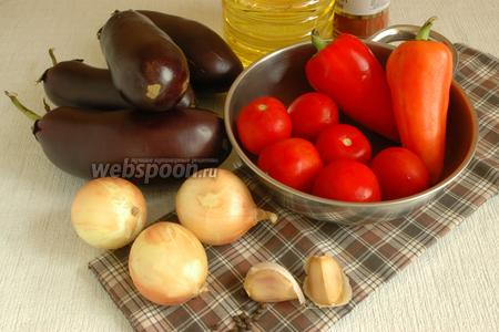 Подготовить продукты: баклажаны, сладкий перец, лук, чеснок, растительное масло и специи.