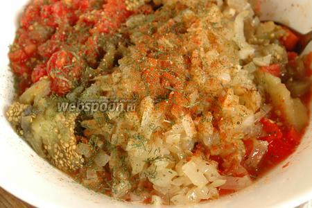 Добавить лук и чеснок в овощи. Посолить по вкусу, добавить пряности. Я клала растёртый в ступке перец горошком, паприку и не удержалась и положила ещё сушёный укроп.