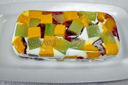 Желированную массу вынуть из формы. Разрезать на кубики, круги. Подавать охлажденными на десерт.