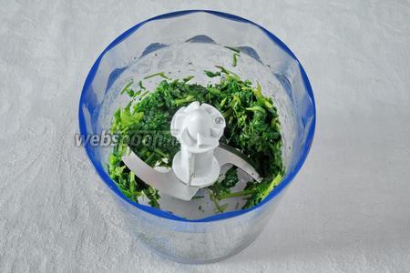 Зелёную массу шпината пюрировать. Добавить к пюре кипячёную воду, сахар по вкусу, процедить. Жидкость слить в стакан.