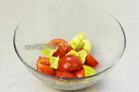 Помидоры и перец вымыть. Из сладкого перца удалить сердцевину. Овощи крупно порубить и измельчить при помощи блендера до однородной массы.