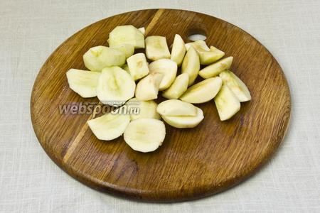 Яблоки очистить от кожуры и нарезать крупными дольками, удалив сердцевину.