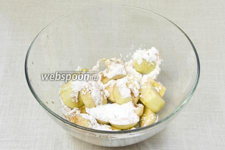 Перемешать яблоки с сахарной пудрой и корицей.