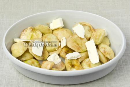 Яблоки (можно попробовать и сушёные) выложить в форму для выпекания и добавить несколько кусочков маргарина.