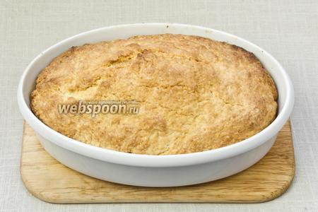 Достать пирог и дать немного остыть.