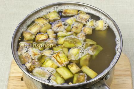 Из кастрюли, где варится чечевица, вынуть лавровый лист и добавить баклажаны. Варить 5 минут.