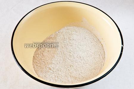 Смешиваем два вида муки и соль.