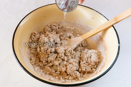 Постепенно добавляем тёплую кипячёную воду и замешиваем пока не получится мягкое тесто.