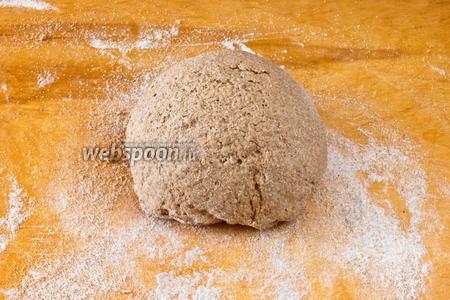 Перекладываем тесто на доску и месим пока не получится мягкое, влажное, однородное тесто. Сбрызгиваем тесто водой, накрываем влажной тканью и оставляем на 30 минут.