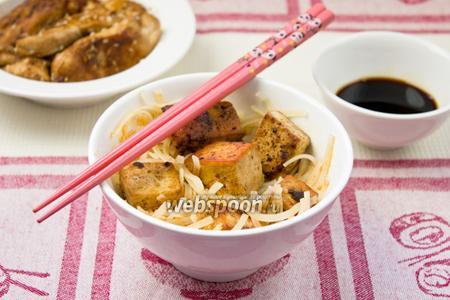 Суп с рисовой лапшой и сыром тофу