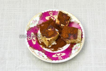 Затем каждый кусок тофу обвалять в сладкой молотой паприке.