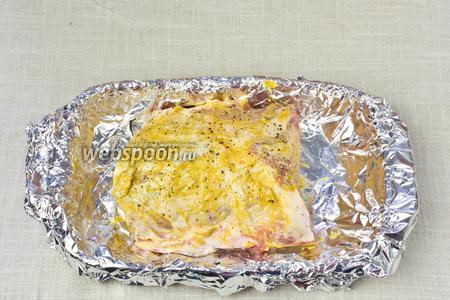 Мясо помыть и обсушить бумажными салфетками. Натереть горчицей, солью и перцем. Огнеупорную форму устелить фольгой и выложить на неё кусок мяса.