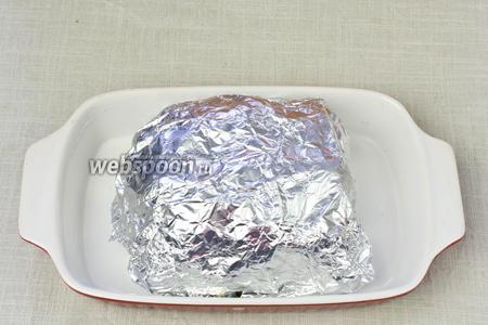Мясо обернуть фольгой и запекать 45-60 минут при температуре 200 °C.