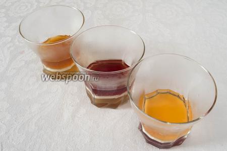 Добавлять в стаканы соки разных цветов. Желе застывает через 15 минут в морозильной камере.