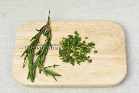 Иголочки розмарина снять со стебля и мелко порубить ножом.