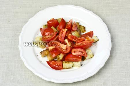 На порционную тарелку выложить слой сухариков, а сверху слой томатов. Посыпать помидоры свежемолотым чёрным перцем и взбрызнуть оливковым маслом.