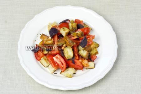 Сверху салат посыпать крутонами и листочками базилика. В таком виде подавать. Салат можно перемешать прямо в тарелке.