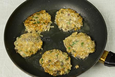 Котлеты обжарить по 4-5 минут с каждой стороны до образования золотистой корочки. Подавать с гарниром, салатом или как самостоятельное блюдо.