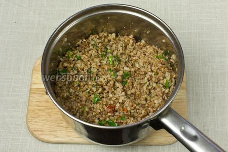 В гречневую кашу добавить зажарку со шпинатом и рубленную кинзу. Перемешать и дать немного настояться.