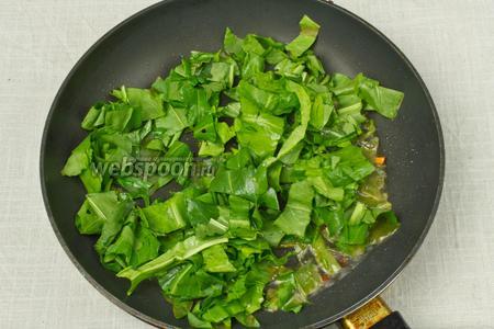 Затем в сковороду выложить шпинат.