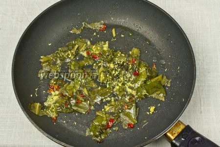 Как только шпинат начнёт увядать добавьте цедру лимона и сок. Обжарьте 1 минуту и снимайте с огня.