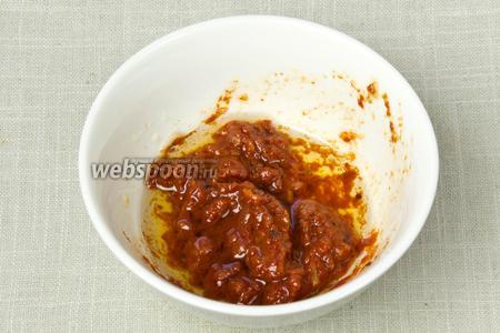 В томатную пасту выдавить зубчик чеснока, добавить оливкове масло, соль и тщательно перемешать.
