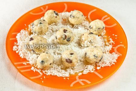Влажными руками скатать шарики величиной с грецкий орех, а затем всю партию обкатать в кокосовой стружке.