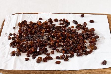 Для начала подготовим ингредиенты. Изюм промыть, высыпать на бумажное полотенце и дать обсохнуть.