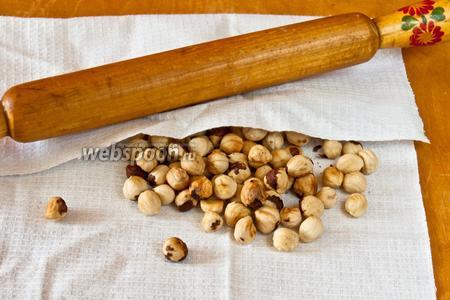 Орехи измельчить скалкой или в ступке.
